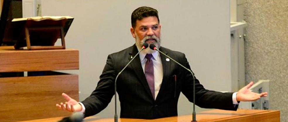 Deputado distrital Jorge Vianna (Podemos) discursa na Câmara Legislativa do DF — Foto: CLDF / Divulgação