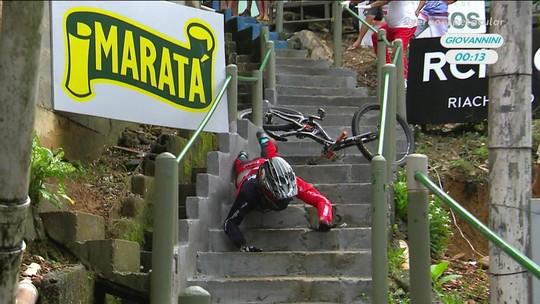 Atual campeão, Gabriel Giovannini sofre queda durante a descida das escadas de Santos