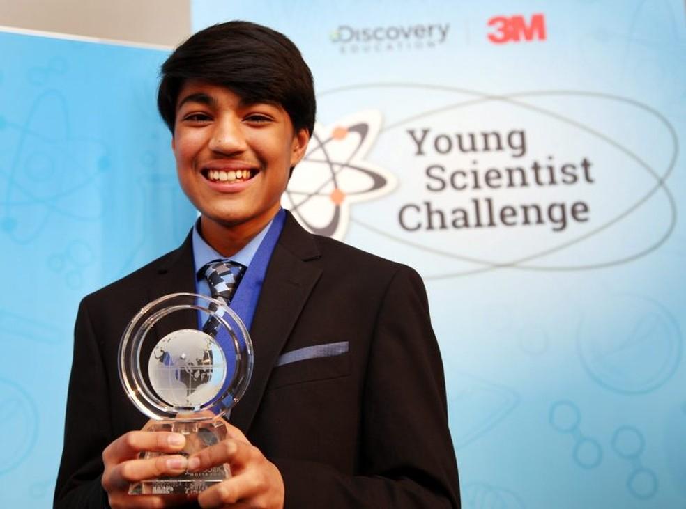 """Rishab Jain, de 13 anos, em Portland, estado de Oregon. Ele recebeu um prêmio de US$ 25 mil por vencer """"Desafio Jovem Cientista"""" — Foto: Andy Clayton-King / Discovery Education"""