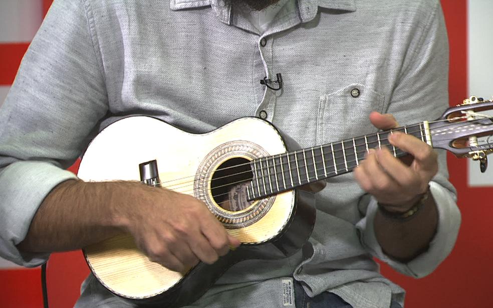 Nelsinho Serra, do grupo de choro Sai da Frente, toca cavaquinho no estúdio do G1 em Brasília (Foto: TV Globo/Reprodução)