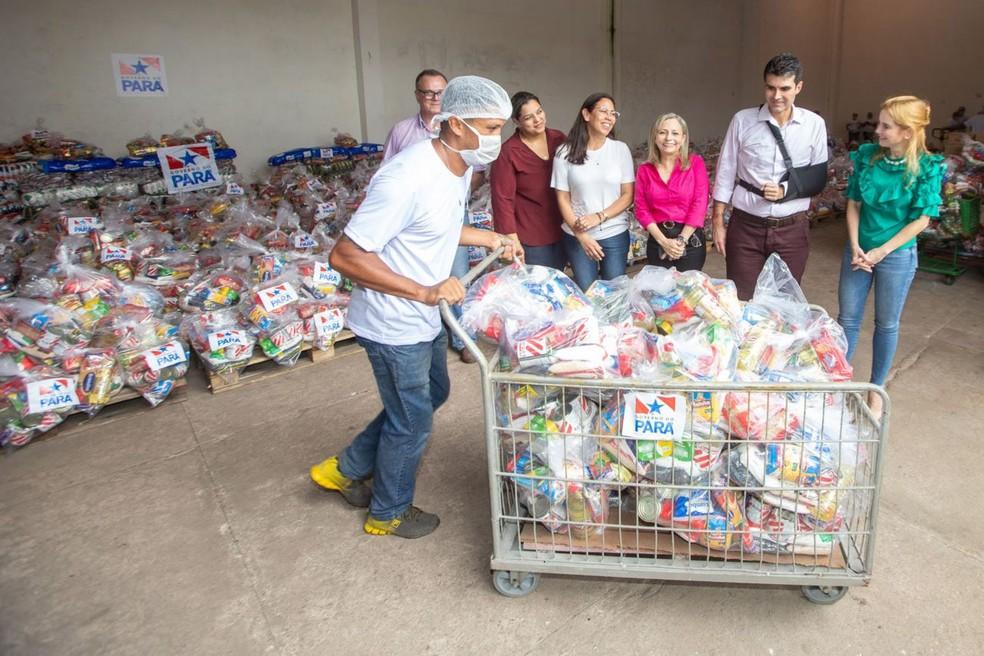 Secretária de Educação, Elieth Braga, e governador Helder Barbalho recebem remessa de cestas básicas no Pará. — Foto: Reprodução / Agência Pará