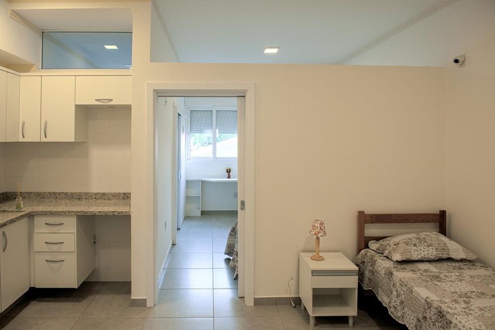 Os quartos do residencial de Araraquara são amplos e mobiliados com itens necessários para que os idosos se sintam à vontade e estejam seguros   — Foto: Crédito: Studio Davi Rosa