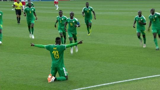 Defesa falha feio, e jogador de Senegal que estava fora de campo amplia; veja