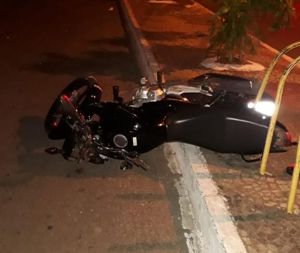 Motocicleta bateu no meio-fio e vítima foi arremessada  (Foto: Divulgação)