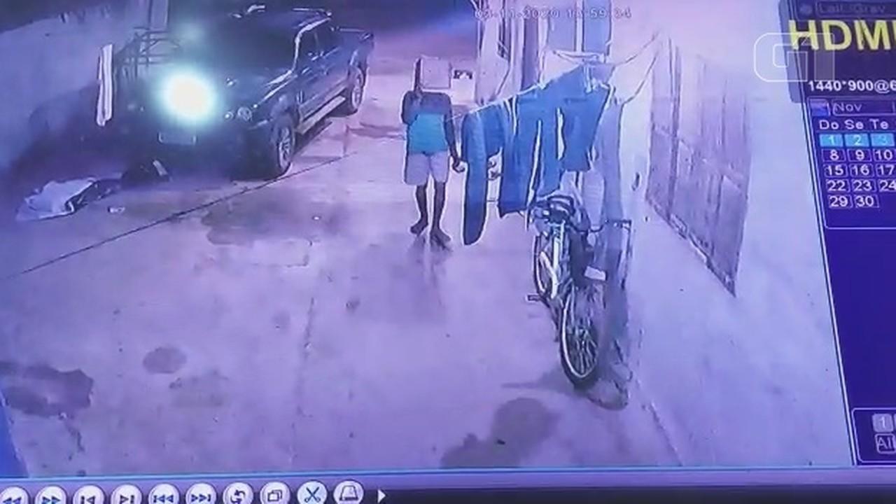 Homem furta bicicleta no interior do AP escondendo rosto com caixa de papelão