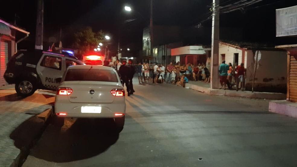 Crime aconteceu em travessa do centro de São Gonçalo do Amarante. Área foi isolada pela PM.  — Foto: Sérgio Henrique Santos/Inter TV Cabugi