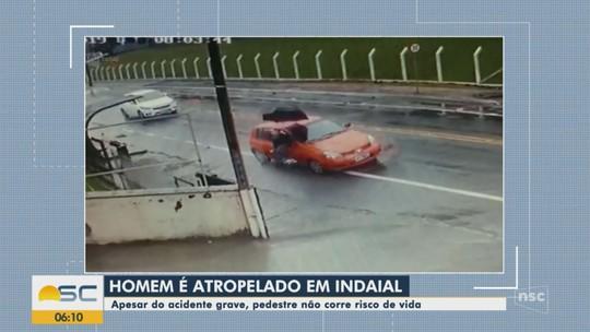 Imagens mostram atropelamento de pedestre em rua de Indaial; VÍDEO
