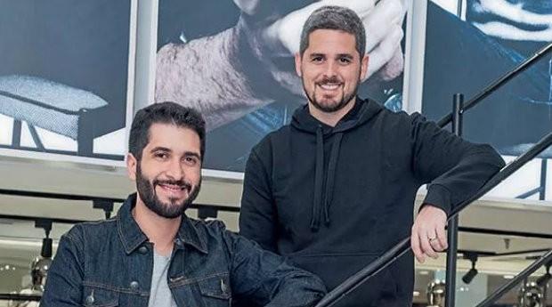Felipe Siqueira (à esq.) e Rony Meisler, sócios da Oficina Reserva: proposta baseada em tradição e peças customizadas  (Foto: Divulgação)
