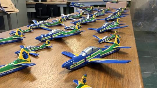 Fábrica faz miniaturas de mais de 500 modelos de aeronaves; veja produção