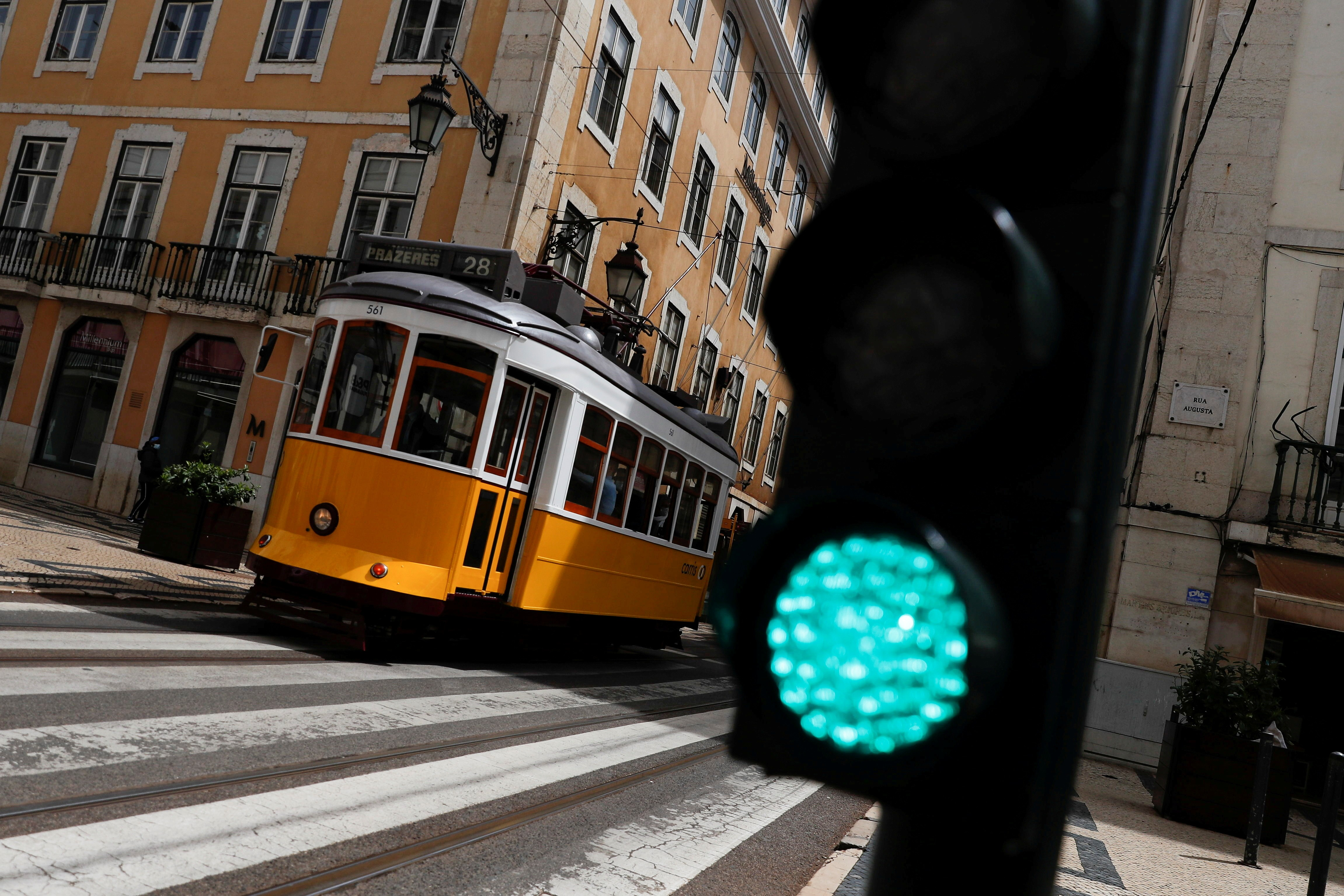 Bondinho circula próximo à Rua Augusta, em Lisboa
