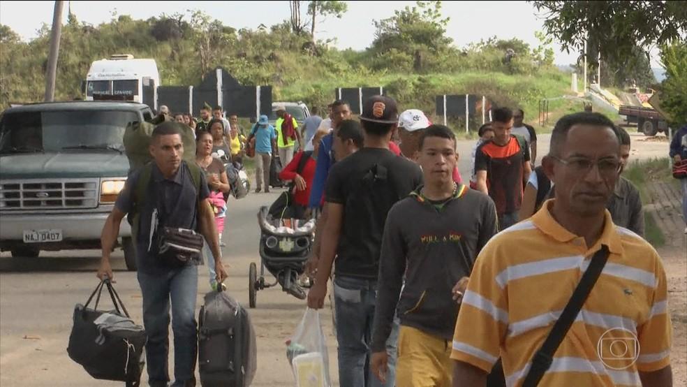 Venezuelanos na região de fronteira tentam entrar em Roraima, em imagem de julho (Foto: TV Globo/Reprodução)