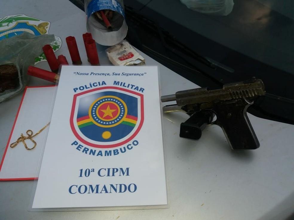 Uma pistola de calibre 380 foi apreendida pela PM durante a ação policial em São José da Coroa Grande, na Zona da Mata de Pernambuco (Foto: Polícia Militar/Divulgação)