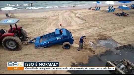 Banhista faz vídeo de água escura escorrendo na areia da praia da Barra, em Salvador
