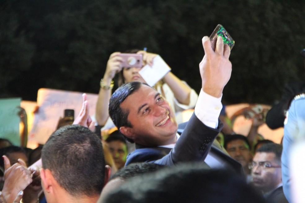Wilson Lima tira selfie após tomar posse — Foto: Rickardo Marques/G1 Amazonas
