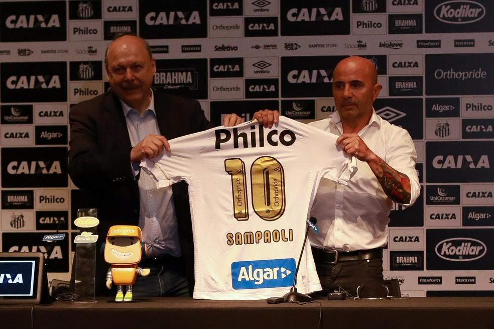 José Carlos Peres e Jorge Sampaoli no dia da apresentação do argentino como técnico do Santos — Foto: Ricardo Moreira / Estadão Conteúdo
