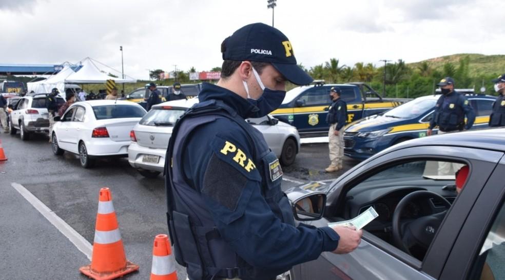 Agente da Polícia Rodoviária Federal na Bahia durante fiscalizações na estrada — Foto: Divulgação/PRF