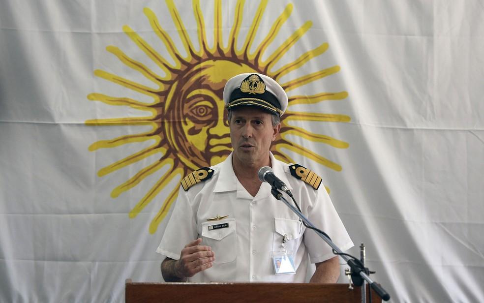O porta-voz da Marinha argentina, capitão Enrique Balbi, durante entrevista coletiva sobre o submarino ARA San Juan, em Buenos Aires, na quinta-feira (23) (Foto: Juan Mabromata/AFP)