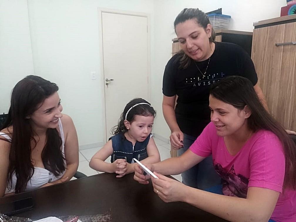 Carla segurando a imagem no momento da entrega do presente em Piracicaba — Foto: Mateus de Souza Rocha/Arquivo pessoal