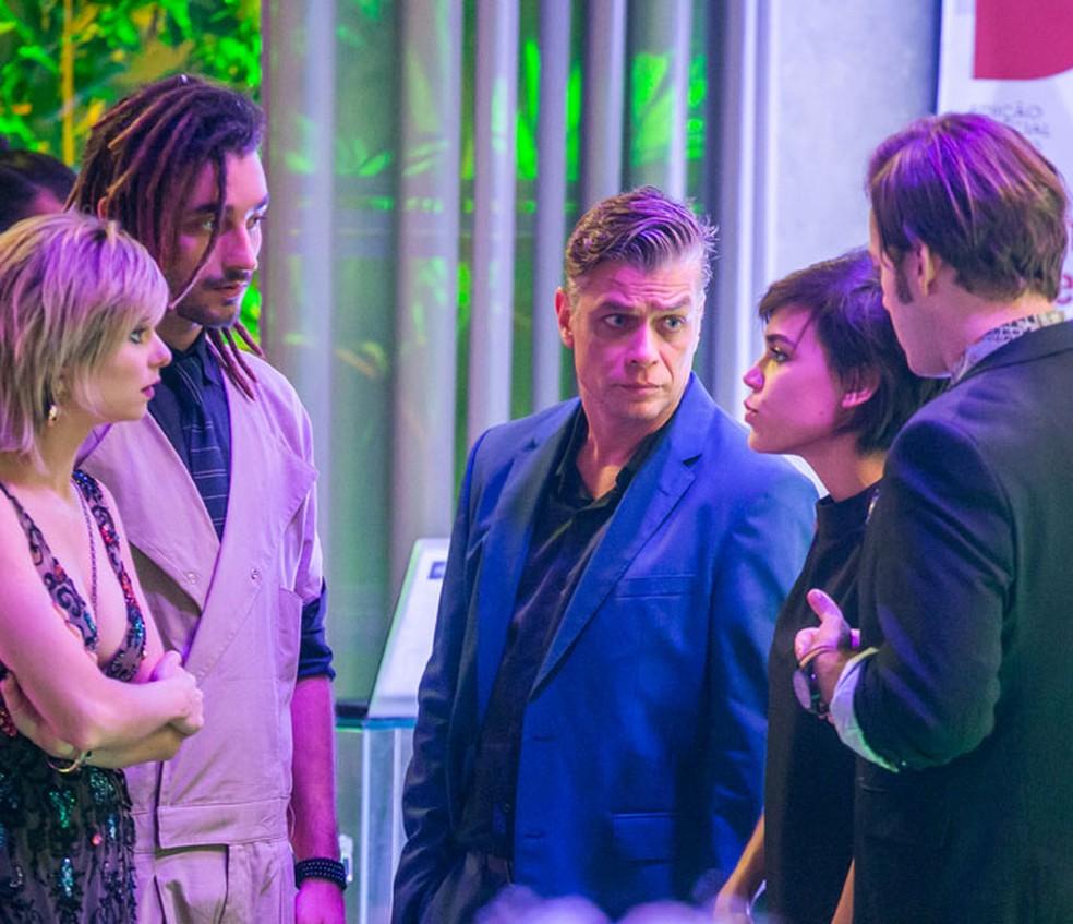 Quarteto faz de tudo para mostrar que Carol (Juliana Paes) vazou as fotos de Eliza (Marina Ruy Barbosa) — Foto: TV Globo