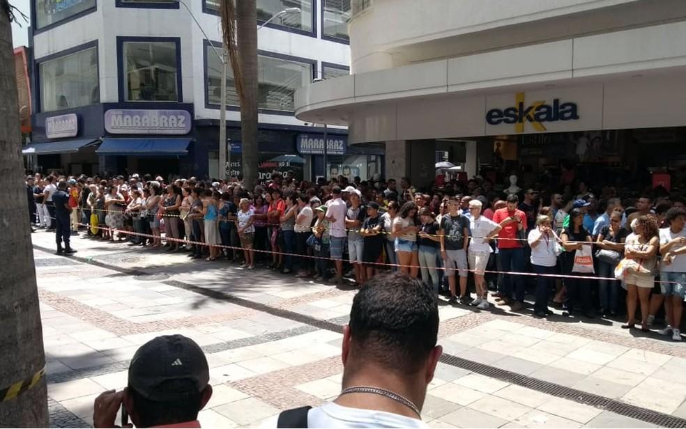População ao lado da Catedral Metropolitana de Campinas — Foto: Fernando Evans/G1