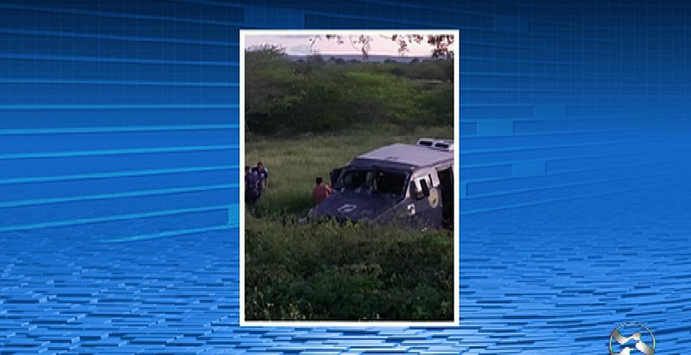 Criminosos explodiram o carro-forte na PE-180 (Foto: Reprodução/TV Asa Branca)