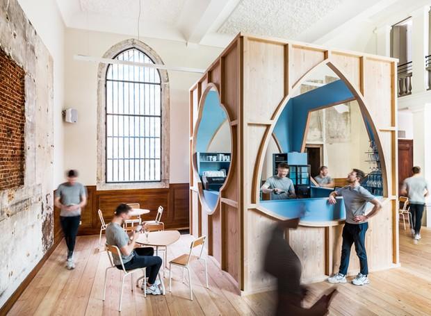 Turistas e visitantes da capela de São João e da Catedral de Nossa Senhora poder ter um pouco de entretenimento no bar (Foto: Ban Staeyen interior Architects/ Reprodução)
