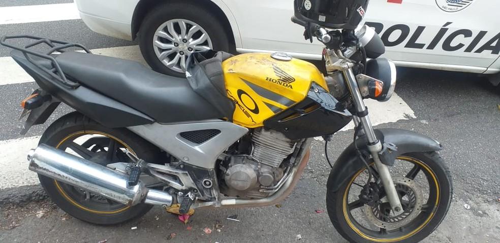 Moto amarela usada no roubo ao Rolex do empresário no Itaim Bibi é apreendida pela polícia — Foto: Divulgação/Polícia Civil