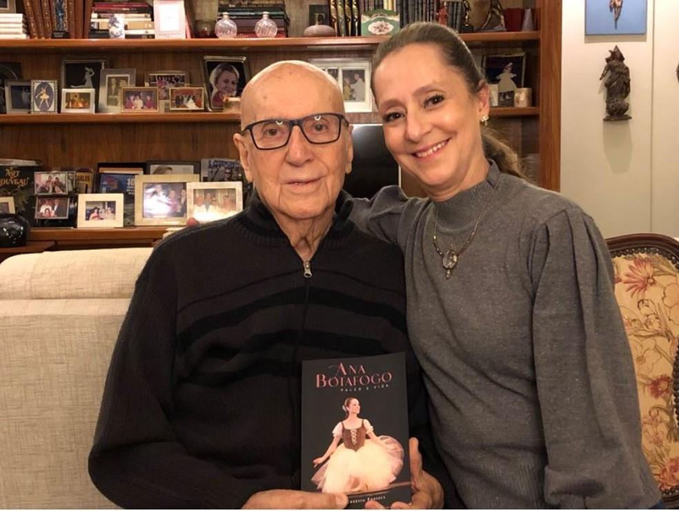 A bailarina ao lado do pai, o médico cirurgião Ernani Ernesto Fonseca, autor da biografia. — Foto: Divulgação