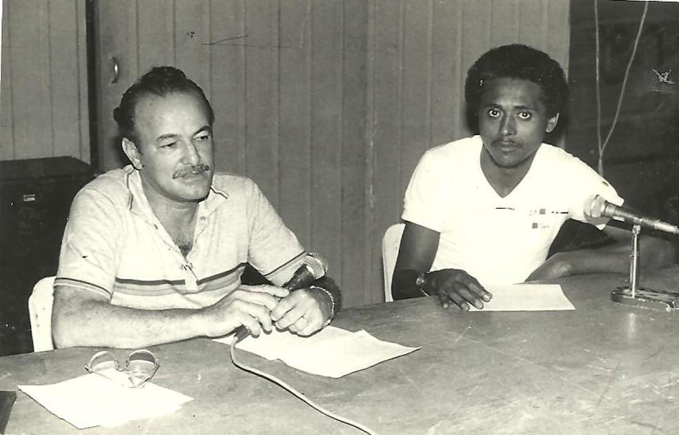 Arquivos implacáveis: Lauthenay Perdigão ao lado de Silva, ex-jogador do CRB — Foto: Arquivo / Museu dos Esportes
