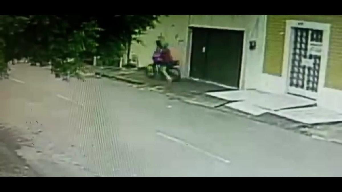 Criminoso em moto persegue e quase atropela mulher durante tentativa de assalto, em Fortaleza; vídeo