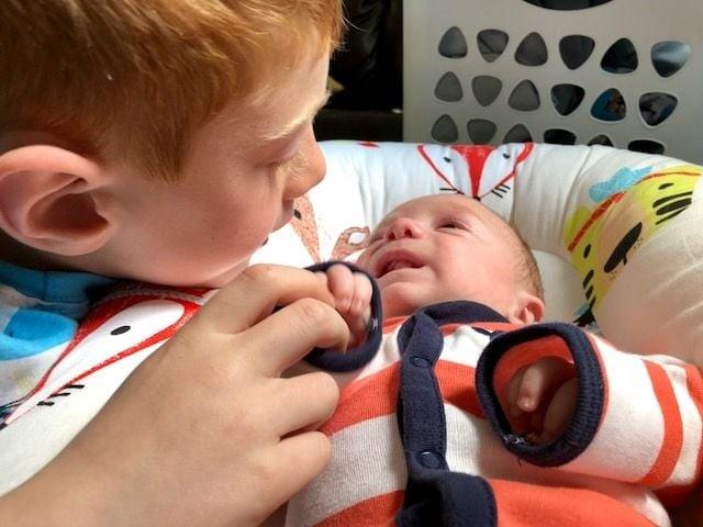 Mikey conversando com o bebê (Foto: Reprodução Instagram)