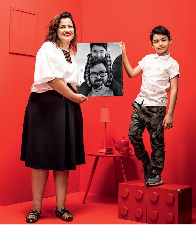 A decoradora de festas Rosana Cartolano e seu filho Benjamim seguram a foto de Akira Tsuchiya (marido e pai)  (Foto: Eduardo Svezia)