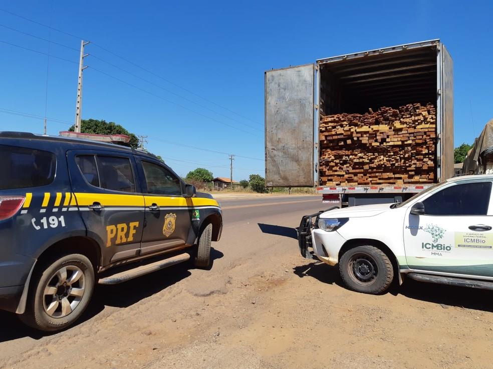 PRF apreende cinco carretas carregadas com madeira ilegal em Açailândia — Foto: Divulgação/PRF.