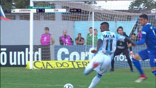Patrick arrisca para o gol, e Cajuru se atrapalha na defesa, aos 25' do 1º