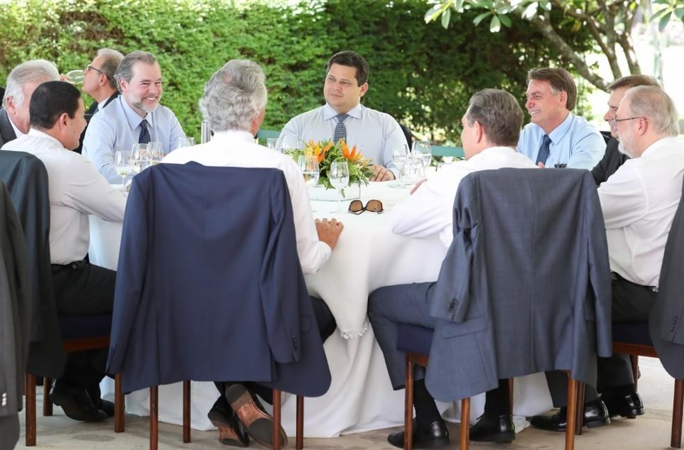 Autoridades reunidas em uma mesa durante o almoço oferecido pelo presidente Jair Bolsonaro — Foto: Marcos Corrêa/PR