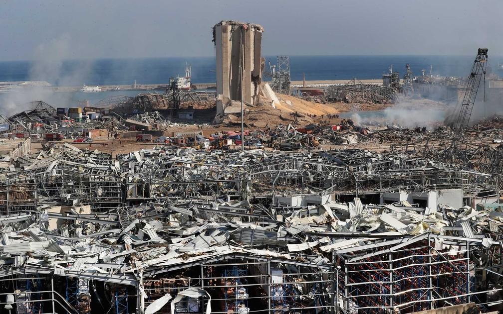 Equipes de resgate e agentes de segurança trabalham no local de uma explosão que atingiu o porto de Beirute, Líbano — Foto: Hussein Malla / AP Photo