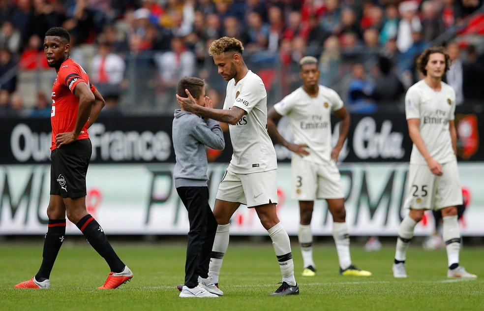 275183e3c9213 ... Neymar abraça menino que invadiu o campo — Foto  Stephane Mahe Reuters