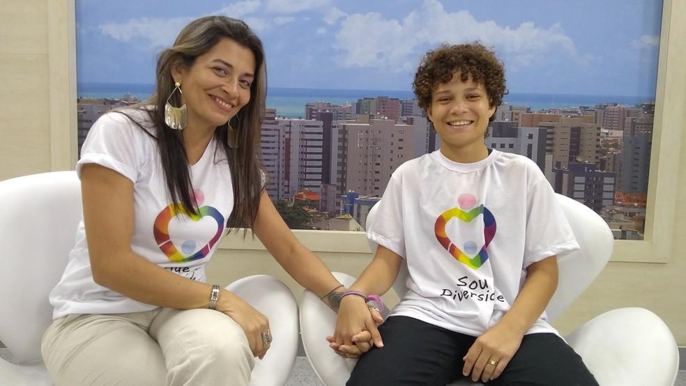 """Rosemary e Isaac participam do grupo """"Mães pela Diversidade"""", em Maceió, e lutam pelos direitos da comunidade LGBT (Foto: Matheus Tenório/G1)"""
