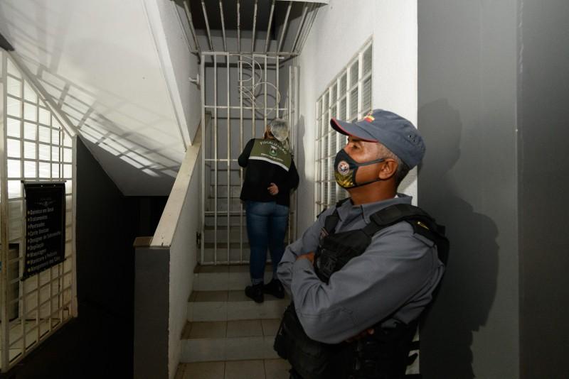 Academia clandestina funciona com porta fechada e luzes apagadas durante quarentena obrigatória em Cuiabá