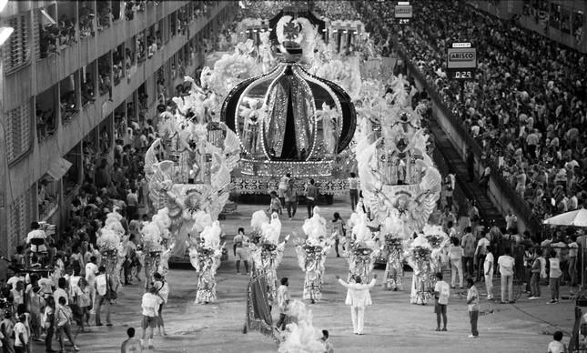 Coroa-símbolo da Imperatriz veio no abre-alas, no carnaval de 1989, e era feita com mais de três mil lâmpadas