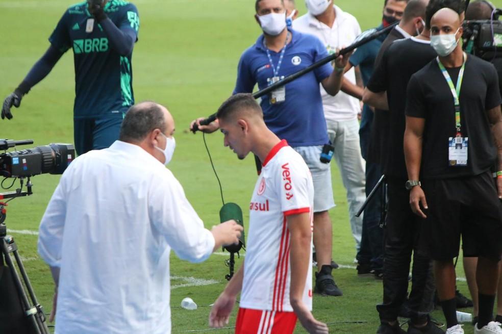 Praxedes é consolado pelo vice de futebol do Inter João Patrício Hermann após a derrota para o Flamengo — Foto: Eduardo Deconto