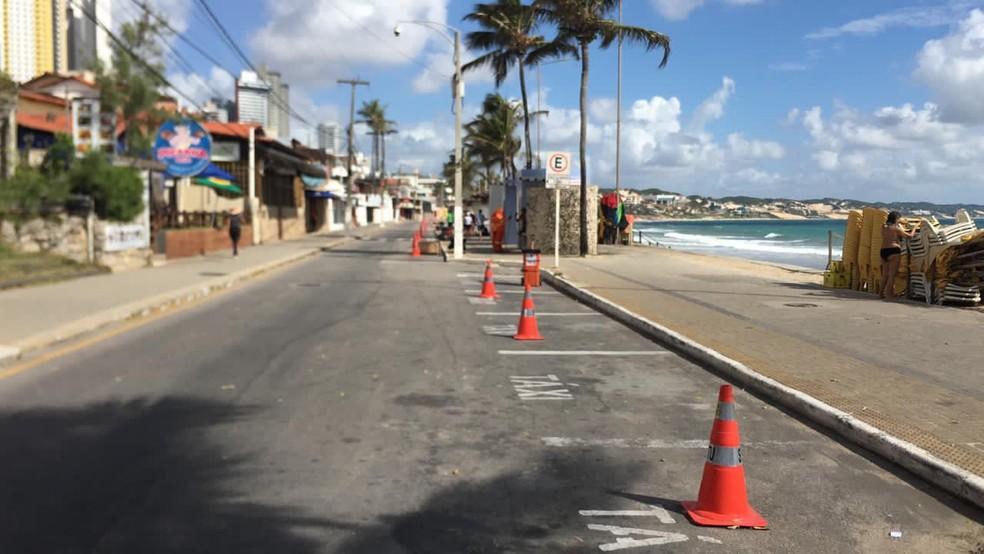Avenida Erivan França, na orla da praia de Ponta Negra, fechada na manhã deste sábado (20) — Foto: STTU