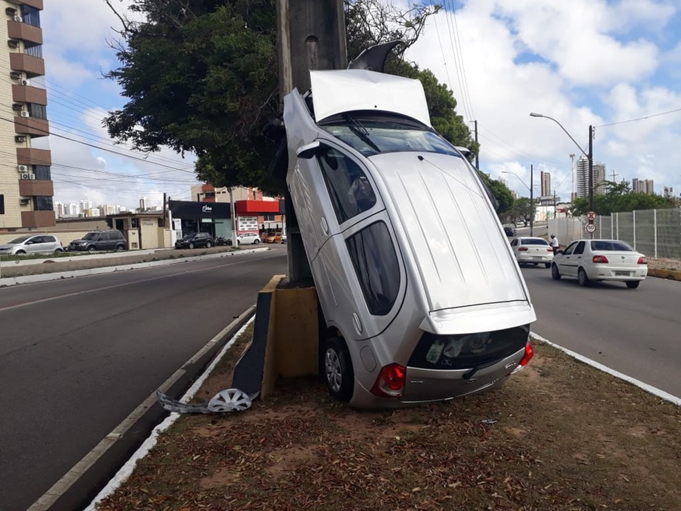 Toyota Etios quase 'subiu' no poste  — Foto: Marksuel Figueredo/Inter TV Cabugi