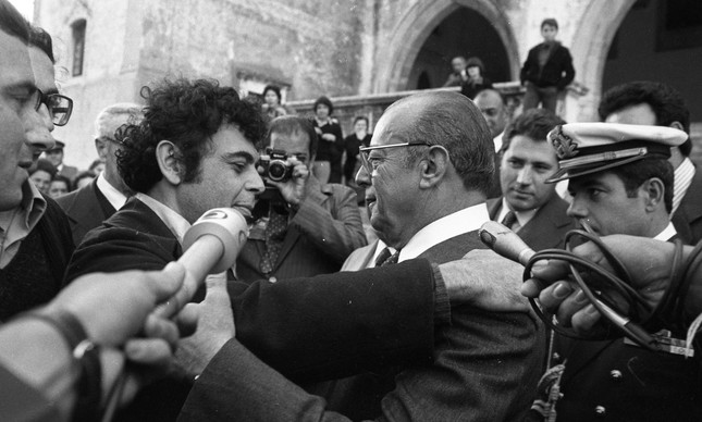 Em 1981, Glauber abraça o presidente do Brasil, general João Figueiredo