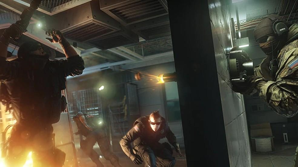 Rainbow Six Siege é um jogo de tiro tático popular no PS4 e jogadores do PS5 poderão jogar com amigos no antigo console — Foto: Reprodução/Ubisoft