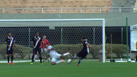 Rodrigo arrisca da entrada da área e assusta o goleiro do São Paulo, aos 39' do 1ºT