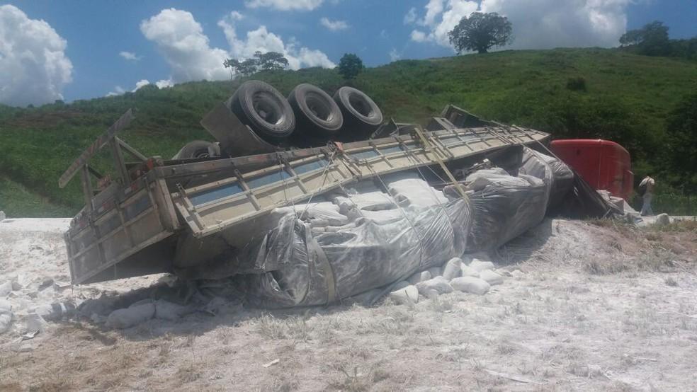 De acordo com a PRF, o veículo virou para o lado do acostamento e a rodovia não precisou ser interditada (Foto: Gilmar Sana/Italva em Foco)