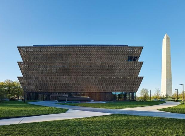 Museu Smithsoniano da História Afro-Americana, concluído em 2016, é um dos projetos do arquiteto inglês de origem ganesa David Adjaye (Foto: London Design Museum/Divulgação)