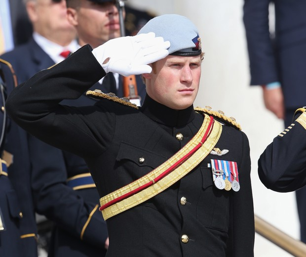 ARLINGTON, VA - MAY 10:  HRH Prince Harry wearing his No. 1 ceremonial uniform of The Blues and Royals salutes as he pays his respects to the victims of the Afghanistan conflict and the tomb of the unknown soldier during the second day of his visit to the (Foto: Getty Images)
