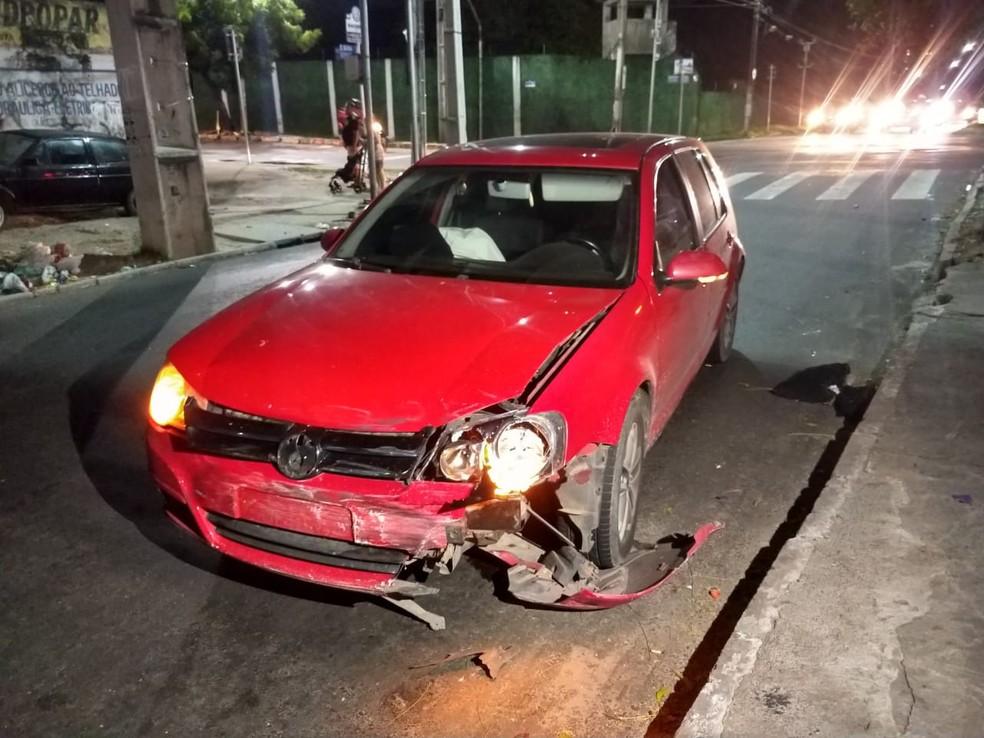 Carro envolvido em acidente com táxi na Av. Eduardo Girão, em Fortaleza. — Foto: Darley Melo/ SVM